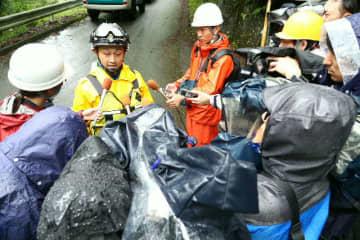 レジャー客を救助後、報道陣の取材に応じる県警機動隊の宇都宮徹警部補=15日午前、中津市耶馬渓町