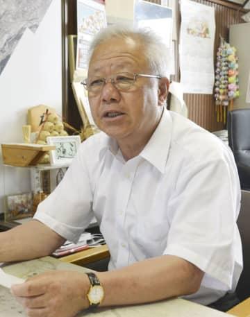 インタビューに答える栃木県塩谷町の見形和久町長