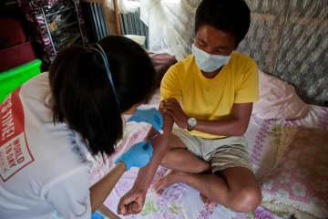 インド西部マニプール州の自宅で投薬治療を受ける多剤耐性結核患者。注射と15錠もの薬の服用が2年間続く © Jan-Joseph Stok