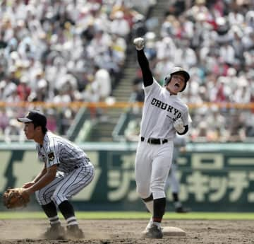 東海大相模―中京学院大中京 7回表中京学院大中京1死三塁、適時二塁打を放ちガッツポーズの不後。二塁手松本=甲子園