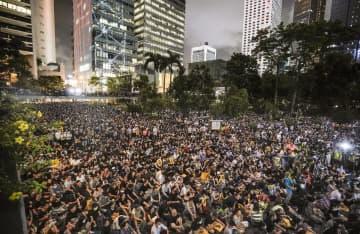 香港中心部で開かれた抗議活動に集まった大勢の人たち=16日(共同)