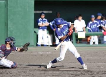 【岡山商大―環太平洋大】5回裏環太平洋大1死二塁、見村が左越えに適時二塁打を放ち3―1とする。捕手平=マスカット補助