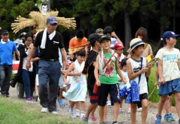 人形を乗せた台車を引き、地域を練り歩く二戸市福田の住民