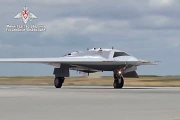 ロシア国防省が公開した新型無人攻撃機「オホトニク」の映像(ロシア国防省提供・タス=共同)