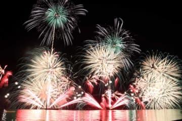 宮津湾に打ち上げられた色鮮やかな花火(16日午後7時55分、宮津市・宮津湾)