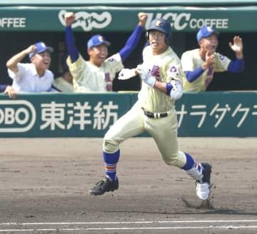 星稜―仙台育英 2回表、満塁本塁打を放ち一塁に向かう星稜・今井秀輔=8月18日、甲子園