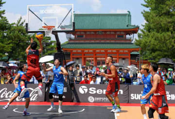 青空の下、平安神宮前の特設コートでプレーする3人制バスケットボールの選手たち(京都市左京区)