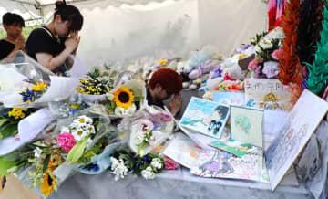 事件発生から1カ月を迎え、ファンからの花束やメッセージやイラストの入った色紙で埋まった献花台(18日午後1時46分、京都市伏見区)