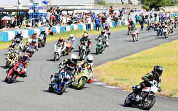 タカス8時間耐久ミニバイクレースで迫力あるレースを繰り広げる参加者=8月18日、福井県福井市西二ツ屋町のタカスサーキット