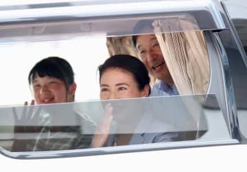 栃木県の那須塩原駅から静養先に向かわれる天皇、皇后両陛下と長女愛子さま=19日午後(代表撮影)