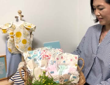 小さく産まれた赤ちゃん向けの衣服の存在を知ってもらいたいと話す奥村さん(京都市中京区・ススリレ)