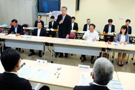 室蘭開建幹部と意見交換する市議会特別委の委員