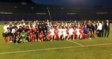 平和を祈念して交流した長崎、広島、豪州の選手たち