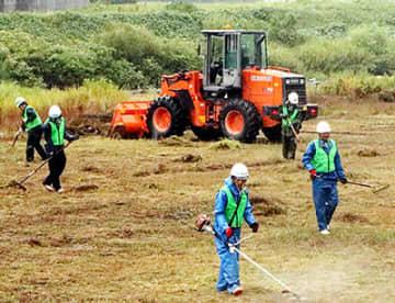河川敷の雑草を刈る参加者