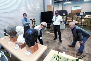 素材も多彩な作品を丁寧にチェックした彫刻部門の審査=県立美術館