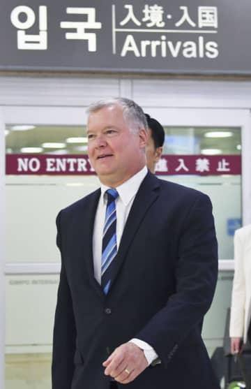20日、ソウル近郊の空港に到着した米国のビーガン北朝鮮担当特別代表(共同)