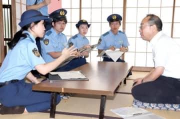 大学生が警察の仕事を体験したインターンシップ=20日、新潟市西区