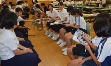 小中学生と卒業生が交流した「学習教室未来塾」=東彼杵町