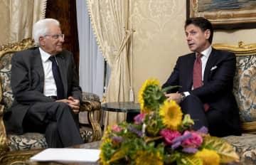 20日、イタリアの首都ローマで、マッタレッラ大統領(左)と会談するコンテ首相(Paolo・Giandotti/イタリア大統領府提供、AP=共同)
