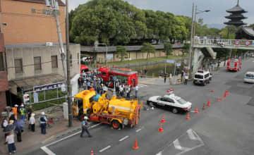 清掃車が歩道に突っ込んだ事故現場。右後方は東寺(21日午前10時24分、京都市南区)