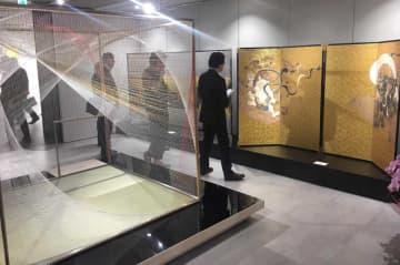 館内で展示している「絹と黄金の茶室」や西陣織による「風神雷神図」(京都市下京区・西陣織あさぎ美術館)
