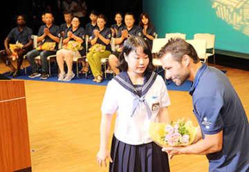 地元の中学生から花束を受ける招待作家=南砺市井波総合文化センター