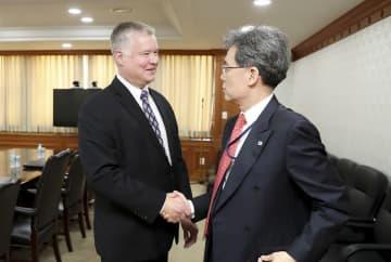 22日、ソウルでの会談に先立ち握手する米国のビーガン北朝鮮担当特別代表(左)と韓国大統領府の金鉉宗・国家安保室第2次長(韓国大統領府提供・共同)