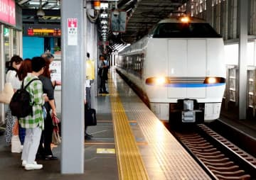 JR福井駅で特急を待つ利用者ら=7月、福井県福井市