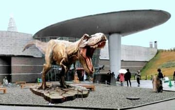 福井県立恐竜博物館前に今夏予定の設置が延期されたティラノサウルスのモニュメントのイメージ(福井県提供)