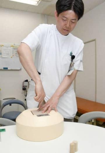骨髄検査の練習用キットと、開発した西森助教