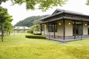 福井県知事公舎の公邸部分の外観と庭園=8月23日、福井県福井市若杉3丁目