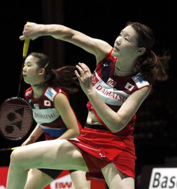女子ダブルス準々決勝 米元、田中組と対戦する永原(左)、松本組=バーゼル(共同)