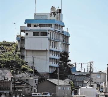 新潟・山形地震の余震などで倒壊も危ぶまれていた廃業ホテル(中央)