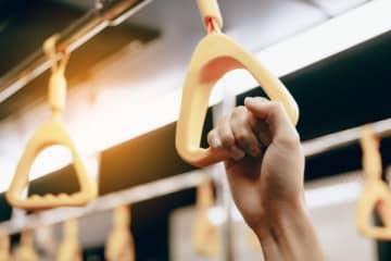 電車に乗った女性にスーツ姿の中年男性が… 「常軌を逸した行為」に恐怖