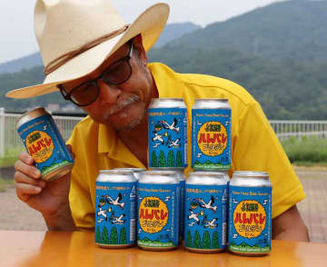 与謝野町産のホップを使った「与謝野ハレバレゴールデンビール」をPRする藤原さん(同町滝・道の駅「シルクのまち かや」)