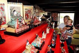 八朔のひな祭りで飾られた愛らしいひな人形=たつの市御津町室津