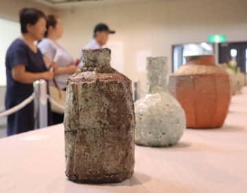 神山清子さんが制作した花器やつぼなどの陶芸作品(草津市野路6丁目・草津クレアホール)