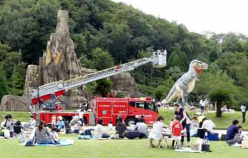 子どもたちがはしご車などを伸び伸びと描いた前回の写生大会の様子=昨年10月7日、笠岡市立カブトガニ博物館恐竜公園