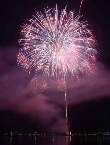伊根湾で打ち上げられ、夜空と海面を色鮮やかに染めた花火(24日午後8時35分、京都府伊根町・伊根湾)