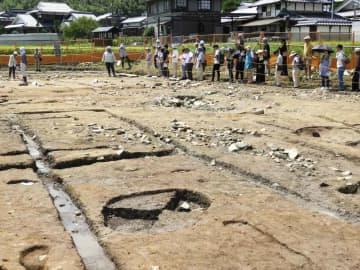 鎌倉時代の建物跡が見つかった金生寺遺跡を見学する人たち(京都府亀岡市曽我部町)