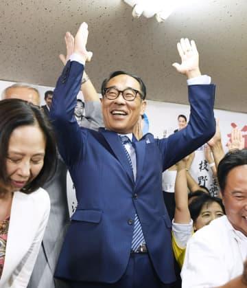 埼玉県知事選で当選が確実となり、支援者らと万歳する大野元裕氏=25日夜、さいたま市