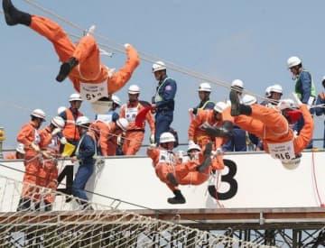ロープを渡って要救助者を助ける「ロープブリッジ救出」に挑む出場者