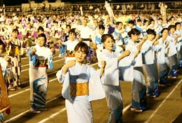 伝統の優美な舞を披露する踊り子たち=25日夜、大分市の鶴崎公園グラウンド