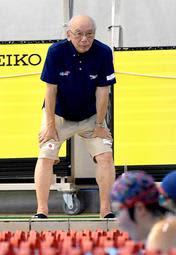選手の泳ぎを見守る桜井誠一さん=神戸市立ポートアイランドスポーツセンター(撮影・後藤亮平)