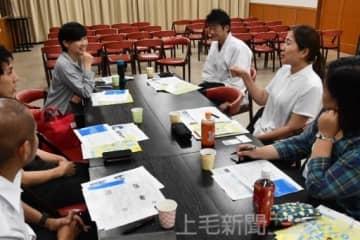 有志と一緒にアイデアを出し合う都筑さん(左から3人目)と大島さん(右から2人目)