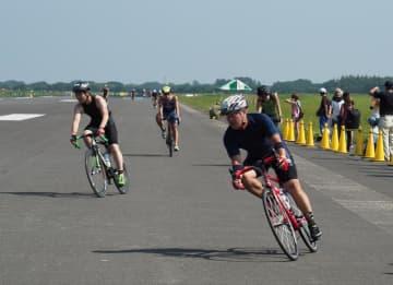 滑走路を疾走する鉄人レース参加者=25日、木更津駐屯地