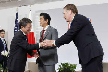 ライトハイザー米通商代表(右)と握手する茂木経済再生相。中央は安倍首相=25日、フランス南西部ビアリッツ(共同)