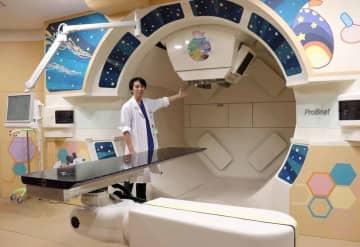 京都府内で唯一の陽子線治療装置。小児がんの子どものため、京都造形芸術大の学生がイラストを描いた(京都市上京区・府立医大付属病院)