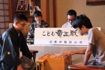 昨年のこども竜王の吉川君(左)に挑む小沼君=福知山市内記・福知山城天守閣