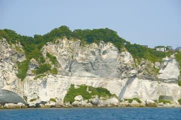 外海岸に面した灰白色に輝く断崖「チヌエピラ」。夕日が当たると銀色に輝く=室蘭市提供
